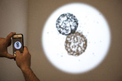 ARCO, ανοίγει στη Μαδρίτη Επισκέπτες που παρατηρούν τα παιχνίδια Στοκ Εικόνες