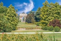 Arco ρυθμός della, Porta Sempione, ζωηρόχρωμη ηλιόλουστη ημέρα θερινό μπλε ουρανό προορισμού επίσκεψης του Μιλάνου Ιταλία στο δια Στοκ φωτογραφία με δικαίωμα ελεύθερης χρήσης