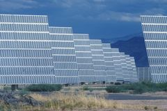 ARCO φωτοβολταϊκά ηλιακά πλαίσια σε Hesperia, ασβέστιο Στοκ Φωτογραφίες