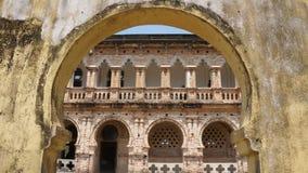 Arco abbandonato e rovinato del palazzo dei mattoni fotografia stock