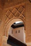 Arco alla corte dei leoni del palazzo di Nasrid di Alhambra a Granada, Andalusia fotografia stock libera da diritti