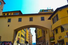 Arco amarelo de uma casa no centro de Florença, Itália imagens de stock royalty free