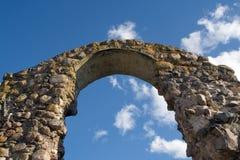 Arco antiguo en fondo del cielo. Imagen de archivo