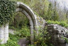Arco antiguo en un parque fotografía de archivo