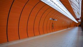 Arco arancio del marienplatz di Monaco di Baviera del tubo della stazione della metropolitana fotografia stock