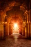 Arco arruinado viejo en palacio antiguo en la puesta del sol Fotos de archivo libres de regalías