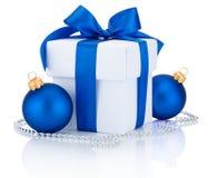 Arco atado de la cinta azul de la caja blanca y dos bolas de la Navidad aislados Fotografía de archivo libre de regalías