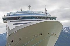 Arco atracado del cruiseship con la montaña Imágenes de archivo libres de regalías