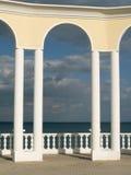 Arco, barandilla y mar fotos de archivo