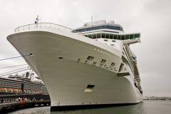 Arco bianco della nave da crociera legato in su Immagini Stock Libere da Diritti