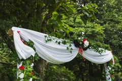 Arco bianco di nozze in natura Immagini Stock