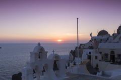 Arco bianco greco tradizionale della chiesa con l'incrocio e campane ai soli immagine stock