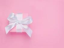 Arco bianco legato rosa del nastro del contenitore di regalo di giorno di biglietti di S. Valentino Fotografie Stock