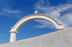 Arco blanco con la cruz en Oia Fotografía de archivo