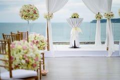 Arco blanco de la boda adornado con las flores, florales Imagenes de archivo