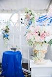 Arco blanco de la boda adornado con las flores y el paño Fotos de archivo
