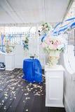 Arco blanco de la boda adornado con las flores y el paño Imágenes de archivo libres de regalías