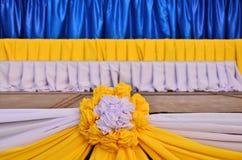 Arco blanco y amarillo de la ropa Fotos de archivo