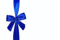 Arco blu di festa isolato su una priorità bassa bianca Fotografia Stock Libera da Diritti
