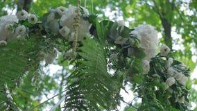 Arco bonito do casamento para a união decorado com flores brancas video estoque