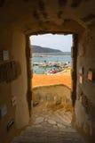 Arco bonito na cidade siciliano pequena Fotos de Stock