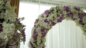 Arco bonito para a cerimônia de casamento e a decoração do salão das flores video estoque