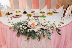 Arco branco do casamento decorado com a flor interna imagens de stock