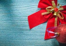 Arco brillante rosso della palla di Natale sul concetto di feste del bordo di legno Fotografie Stock Libere da Diritti