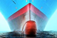 Arco bulboso di grande nave porta-container fotografie stock libere da diritti