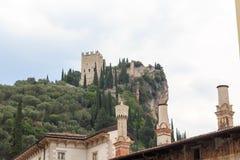 Arco Castle καταστροφές σε ένα κέντρισμα βουνών σε Trentino, Ιταλία Στοκ Φωτογραφία