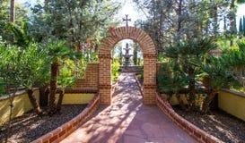 Arco che conduce alla fontana in giardino immagini stock libere da diritti