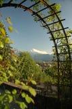 Arco che incornicia città svizzera Immagine Stock Libera da Diritti