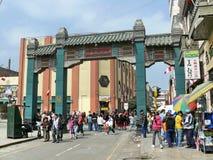 Arco chino en caminar de Lima Chinatown y de la gente Fotografía de archivo