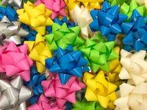 Arco colorido para las cajas de regalo con el concepto de felicidad, Año Nuevo, celebración, tarjetas del día de San Valentín, re Fotografía de archivo libre de regalías