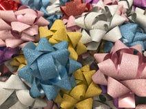 Arco colorido para las cajas de regalo con el concepto de felicidad, Año Nuevo, celebración, tarjetas del día de San Valentín, re Imagen de archivo