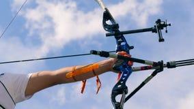 Arco compuesto cargado con la secuencia tirada en las manos masculinas Tiroteo con un arco y las flechas almacen de metraje de vídeo