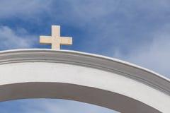 Arco con la cruz en Oia Fotos de archivo