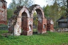 Arco con las puertas al cementerio fotos de archivo