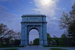 Arco conmemorativo nacional de la fragua del valle en claro de luna fotos de archivo libres de regalías