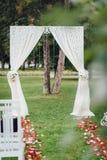 Arco cremoso do casamento para a cerimônia de casamento, decorado com clo fotos de stock royalty free