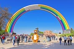 Arco da amizade dos povos, pintada nas cores do arco-íris, à vista da competição Eurovision-2017 da música Foto de Stock