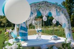 Arco da cerimônia de casamento, tabela, vidros Fotos de Stock Royalty Free
