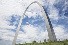 Arco da entrada de StLouis Missouri, arquitetura, nuvens, céu foto de stock royalty free