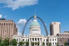 Arco da entrada e Saint idoso Louis County Courthouse fotos de stock royalty free