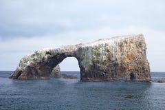 Arco da ilha de Anacapa, Califórnia imagens de stock royalty free