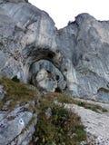 Arco da pedra calcária em montanhas de Piatra Craiului Foto de Stock Royalty Free