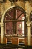 Arco da pedra de Veneza Itália com apoio de madeira foto de stock royalty free