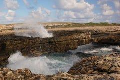 Arco da ponte do diabo com pulverizador da onda, Antígua. fotos de stock royalty free
