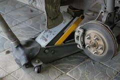 Arco da roda do carro com a roda removida imagem de stock royalty free