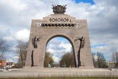 Arco da vitória no Selo vermelho, dia de abril St Petersburg Imagens de Stock Royalty Free